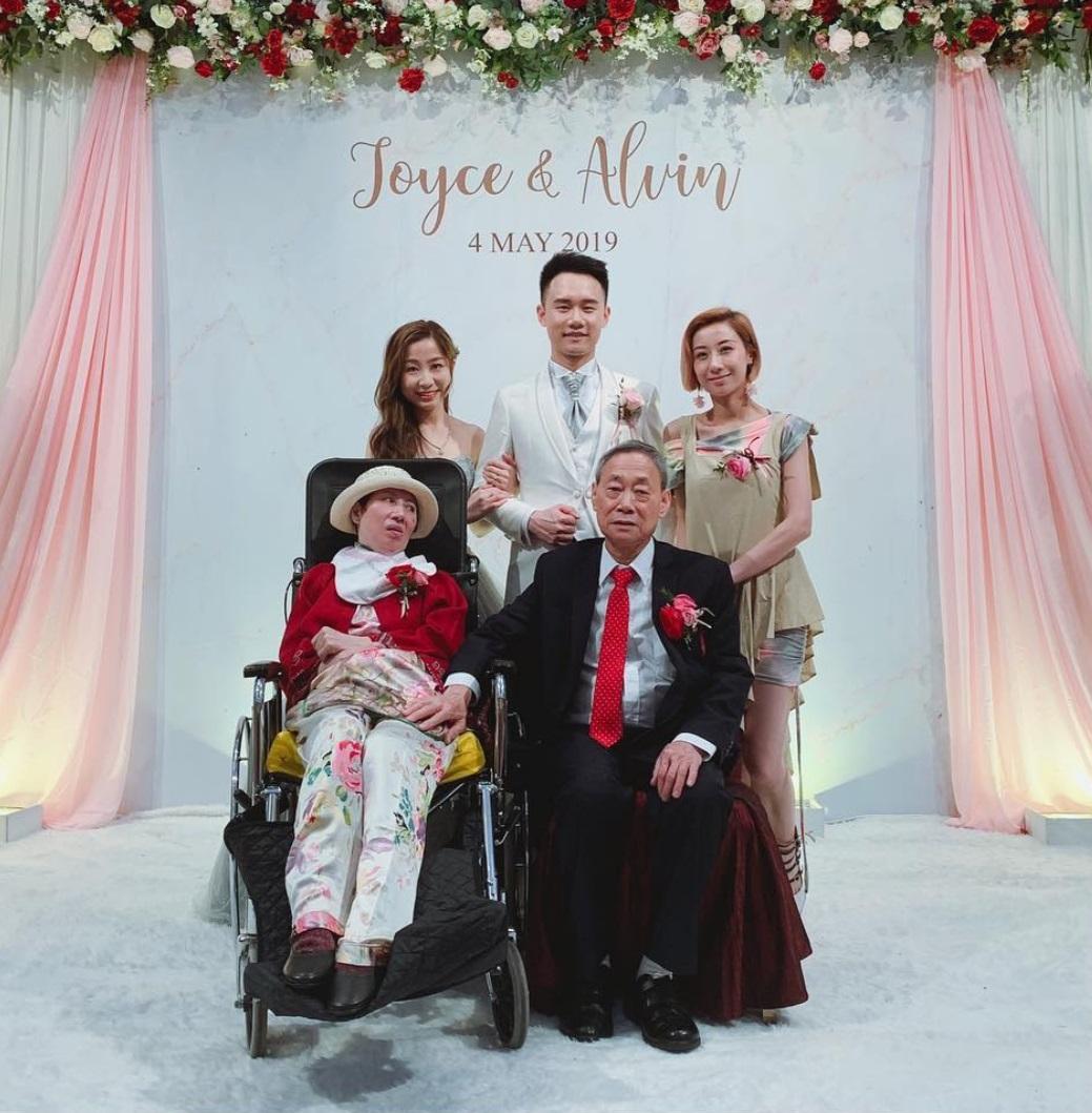 三年前,泳兒媽媽中風,至今仍在醫院接受治療,泳兒弟弟結婚當天,她坐着輪椅出席。