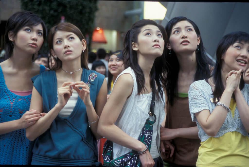 何綺雲與周勵淇曾經是同公司的模特兒,二人後來分別轉戰拍劇,在《天幕下的戀人》飾演兩姊妹。