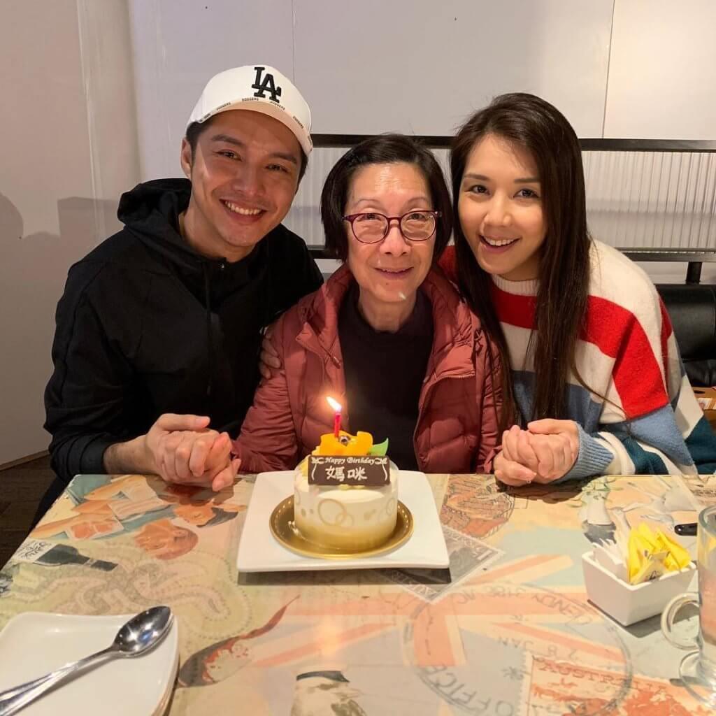 黃嘉樂與女友Samatha陪媽媽切蛋糕慶生,雖然未結婚,已儼然幸福一家人。