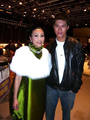 黃嘉樂曾在《無考不成冤家》飾演汪明荃的兒子