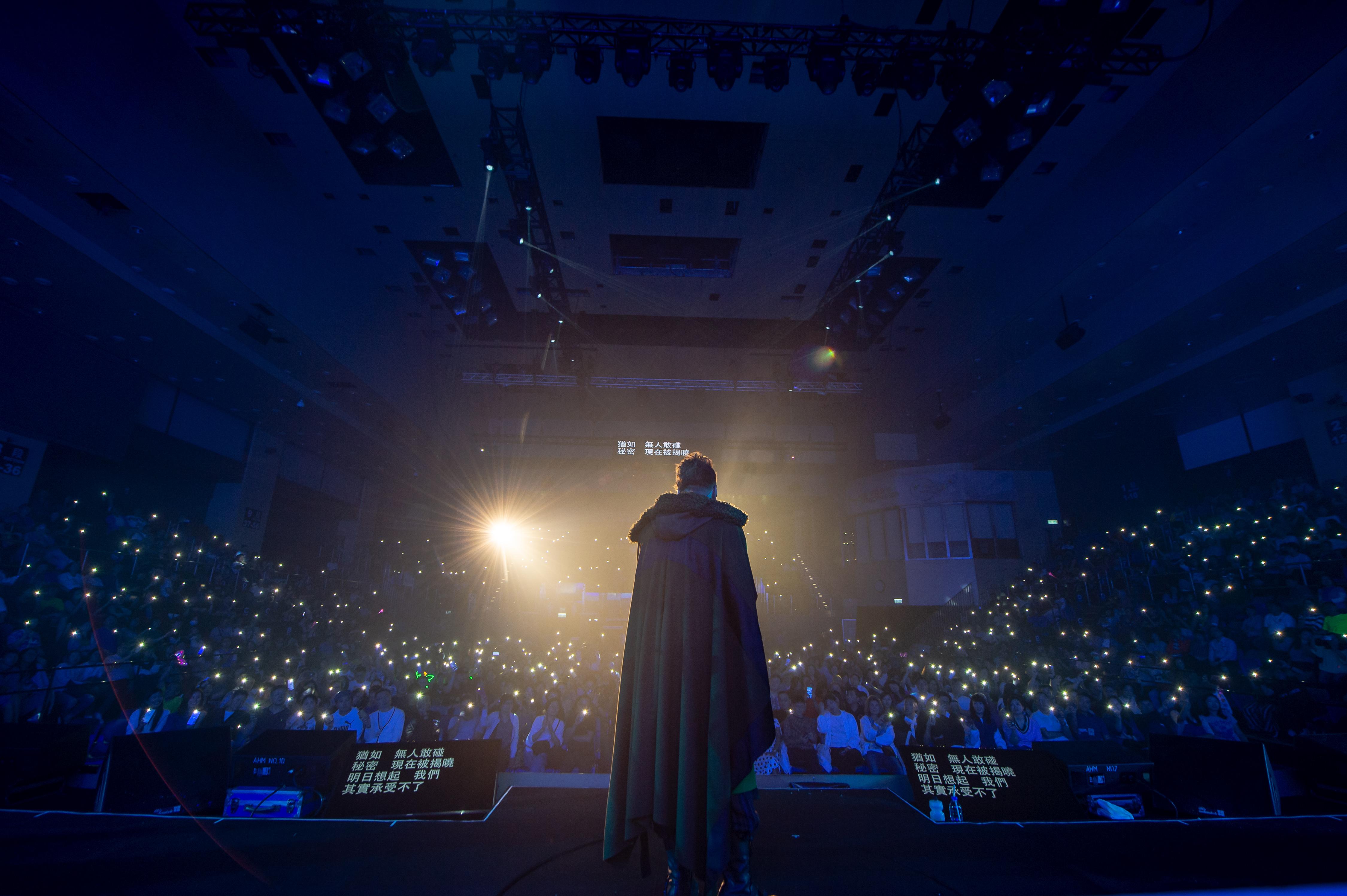 用190盞燈做麥花臣嘅舞台效果比較少見,但相信祥仔見到全場粉絲舉起手機燈會覺得更感動。