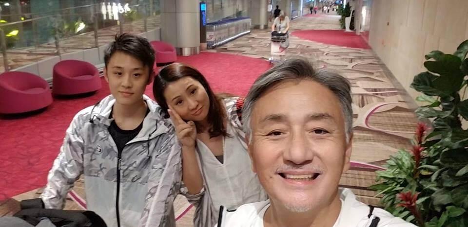 囝囝在新加坡讀書,他與太太鍾淑慧一有時間就會飛過去探望。
