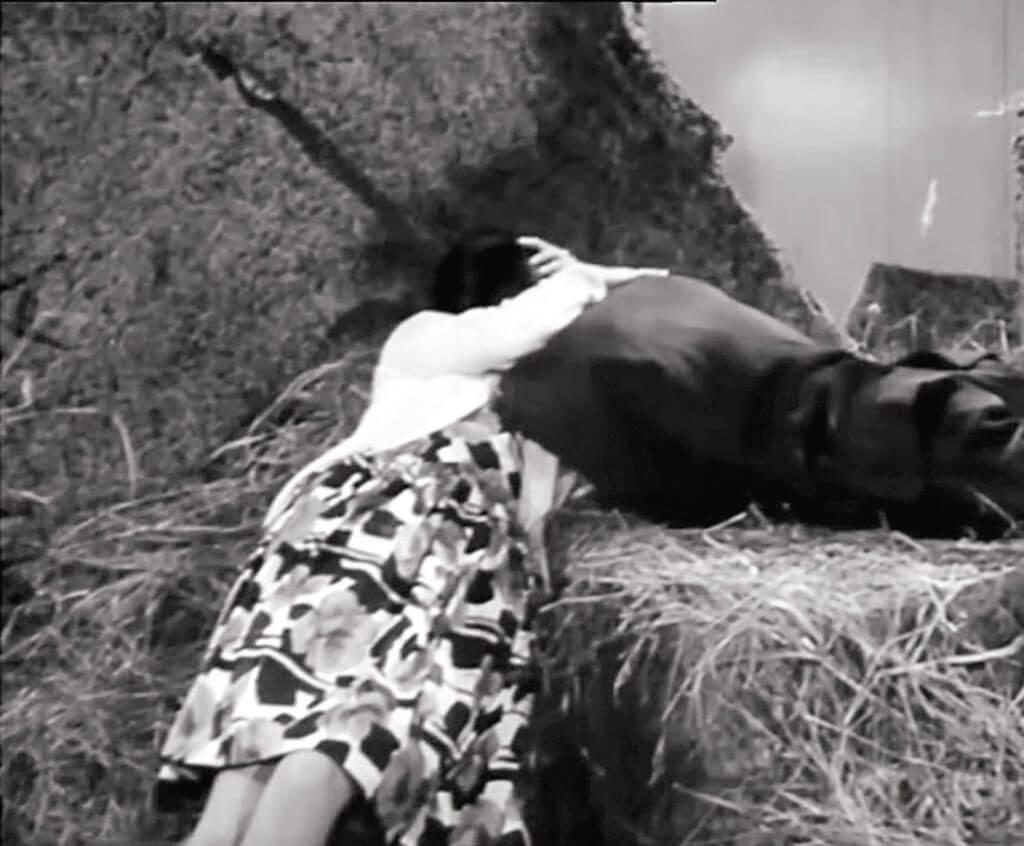 《艷鬼緣》中,夏萍與胡楓光天化日幕天席地,上演粵語片少見的擁抱和接吻,而且由女方主動。