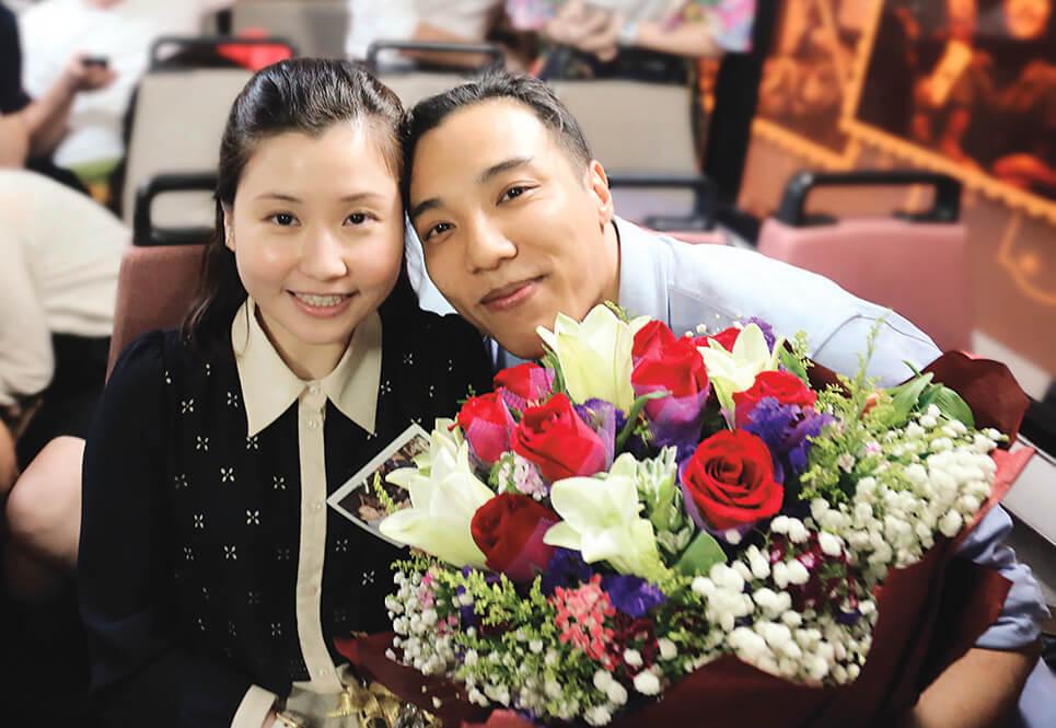 鄭世豪和Christy當年在巴士上邂逅,他於是精心策劃,在巴士上向女朋友求婚。
