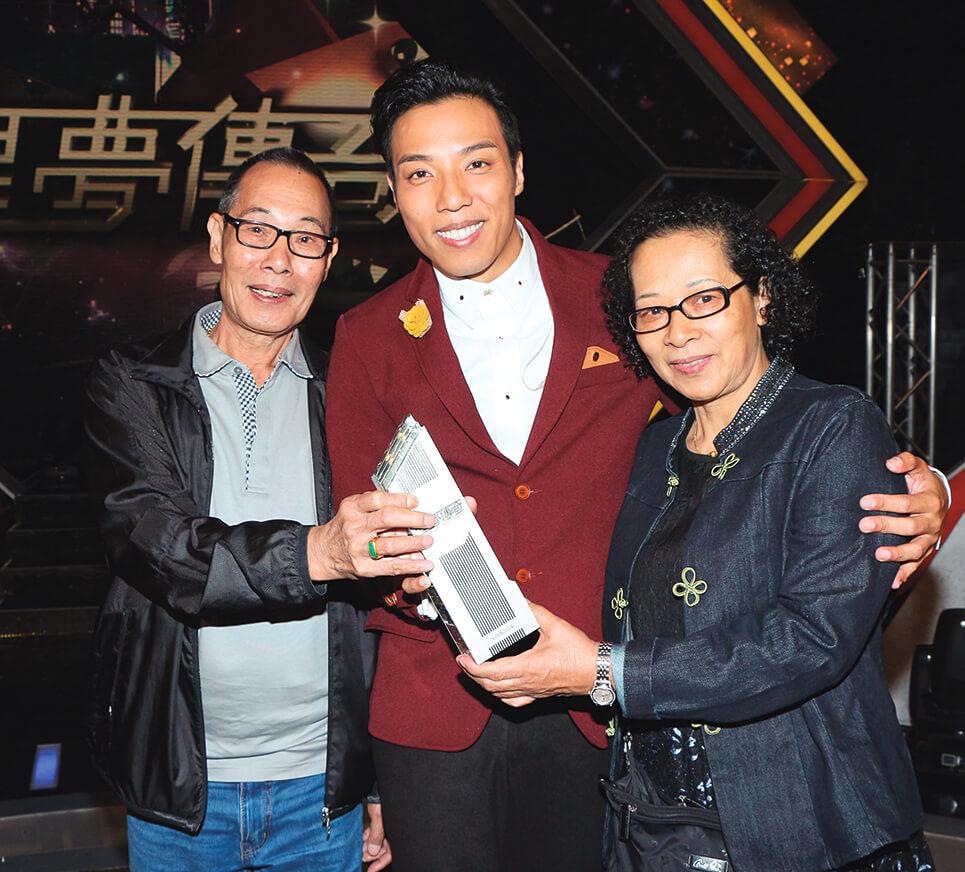 鄭世豪在《星夢傳奇》獲獎,父母當然替他開心。