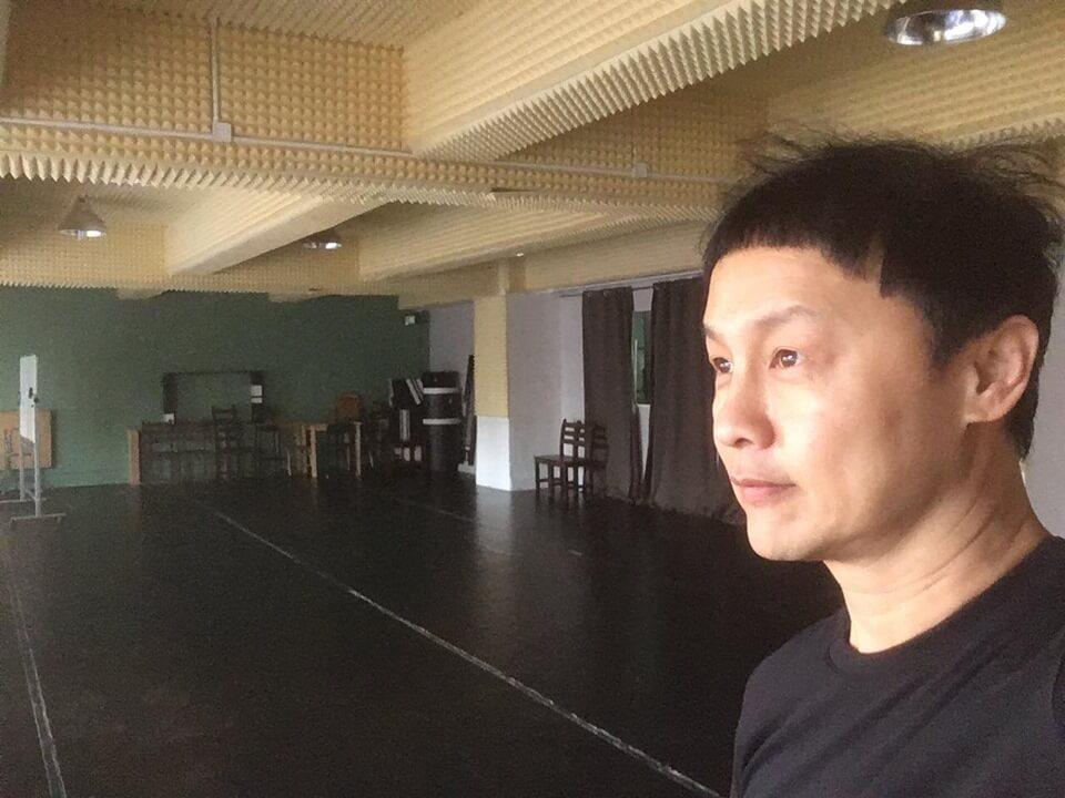 鄭敬基近日接拍港台劇《沒有牆的世界》,亦獲ViuTV邀請擔任音樂節目主持。