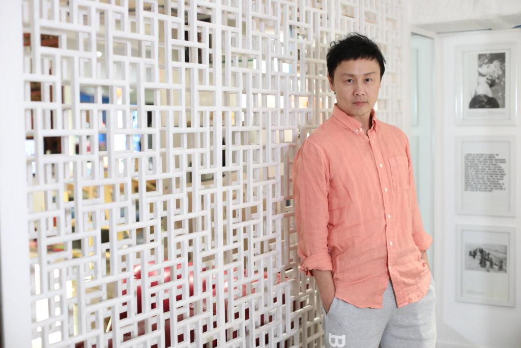 鄭敬基一三年回流香港,七年間在無綫拍了十一套劇,《牛下女高音》很可能是他在無綫最後的作品。