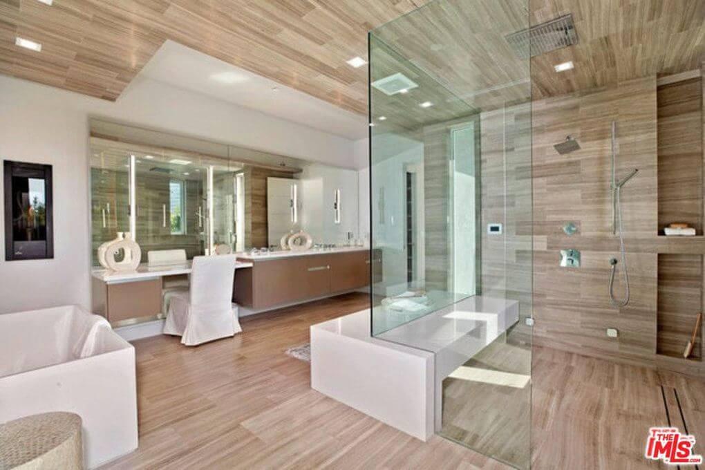 主人房浴室有齊天花雨淋花灑、浴缸、桑拿、梳妝台等,不知道是否你夢寐以求的浴室?