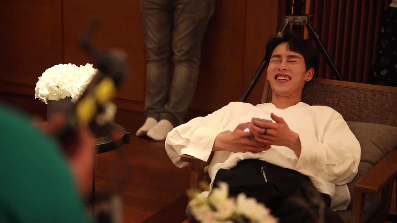跟劇中臭脾氣的形象不同,李在旭是個可愛又害羞的劇組忙內。