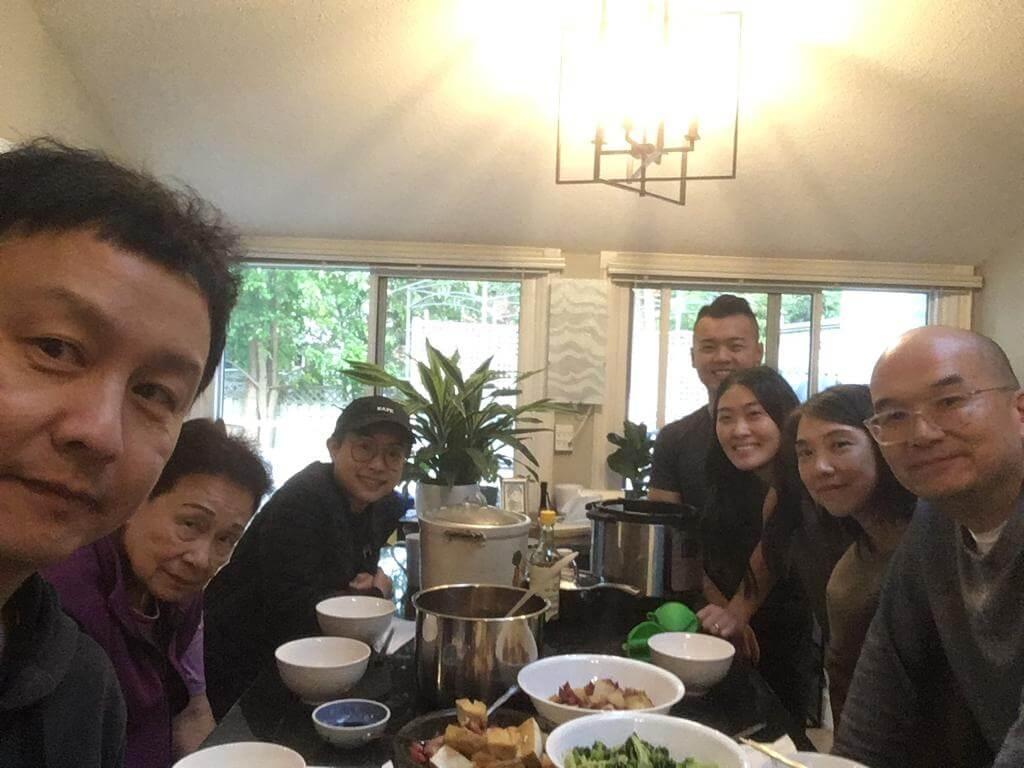 鄭敬基早前赴加拿大探親,其母、現任妻子Angie、兒子、媳婦、前妻及她的丈夫開心相聚。