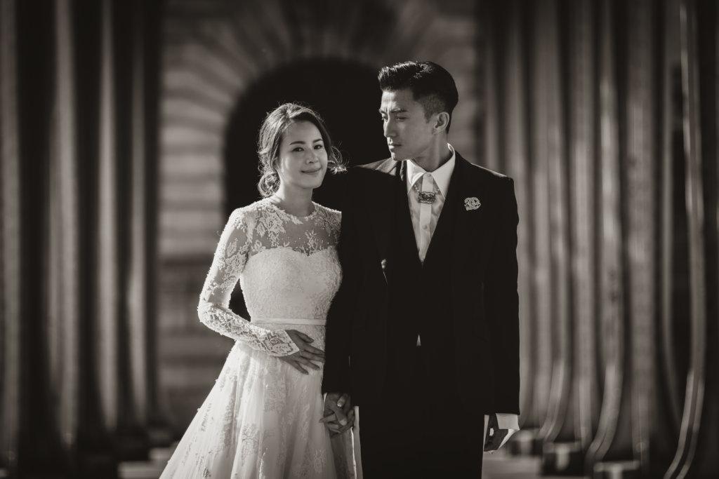 太太Apple穿上訂製的婚紗,在歐洲街頭隨意拍攝已經好浪漫好靚。