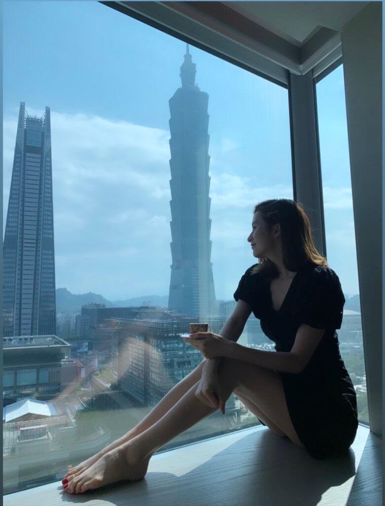 在台灣旅遊,Jess不忘大晒長腿。