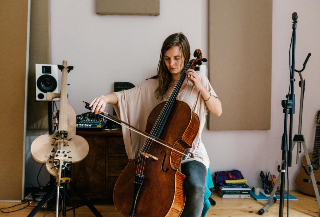 冰島女提琴家Hildur Guonadottir負責《JOKER小丑》配樂