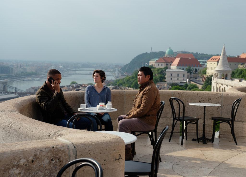 韋史密夫因追查雙子計劃,與兩位拍檔走遍多地,部分劇情在匈牙利布達佩斯取景。
