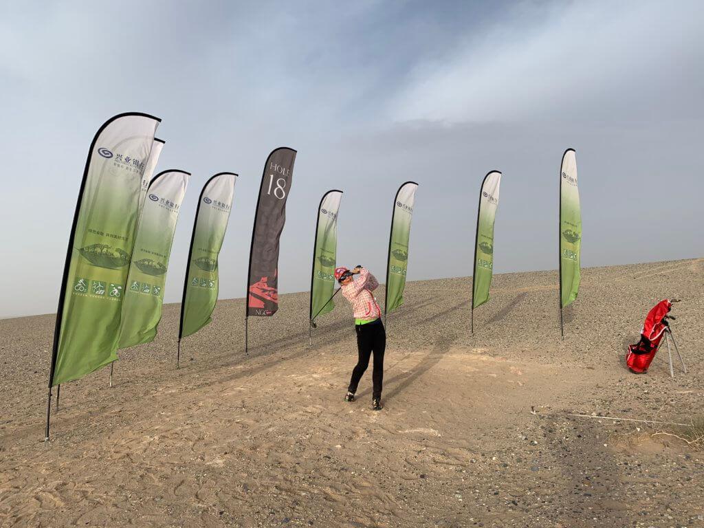 鄭文雅在戈壁沙漠的高爾夫球奇特之旅。