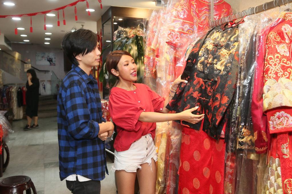 日前二人到服裝店挑選裙褂。