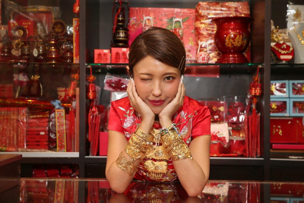 店舖內有不同款式龍鳳鈪,Sukie立即戴起來拍照。