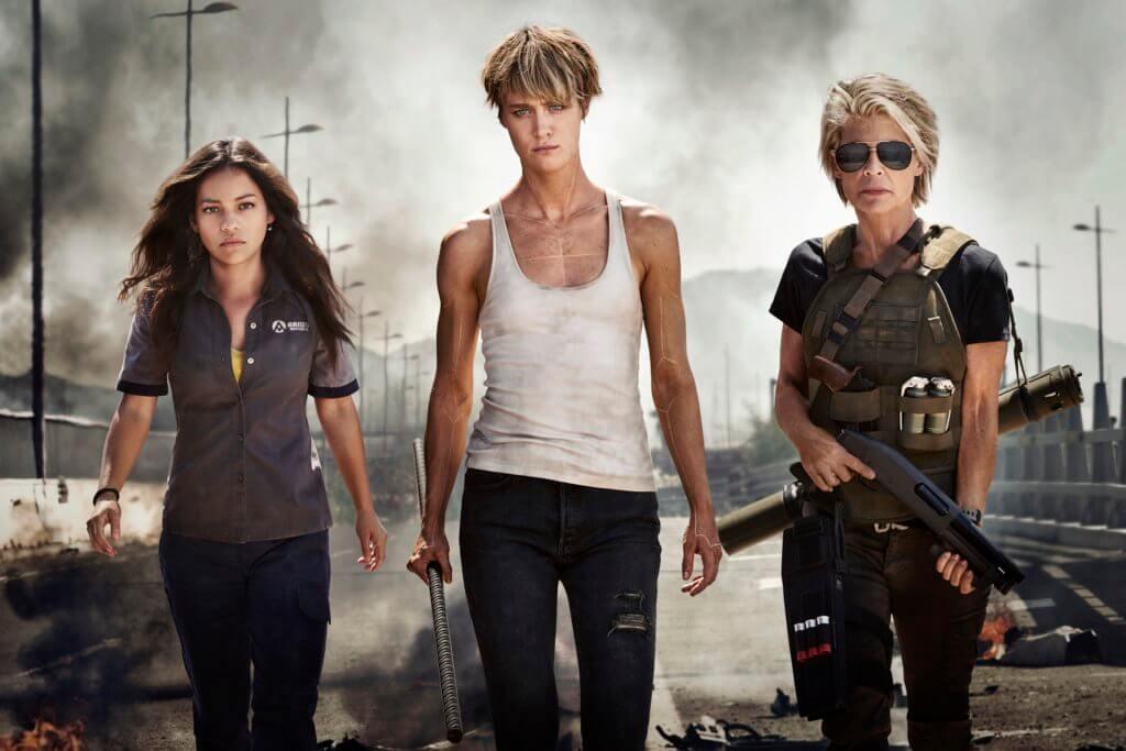 今集女性主義氣息更強,蓮達飾演的女戰士莎拉(右),聯同麥肯絲戴維斯飾演的進化版人類Grace(中),保護由娜塔莉亞雷耶斯扮演的神秘女孩Dani。