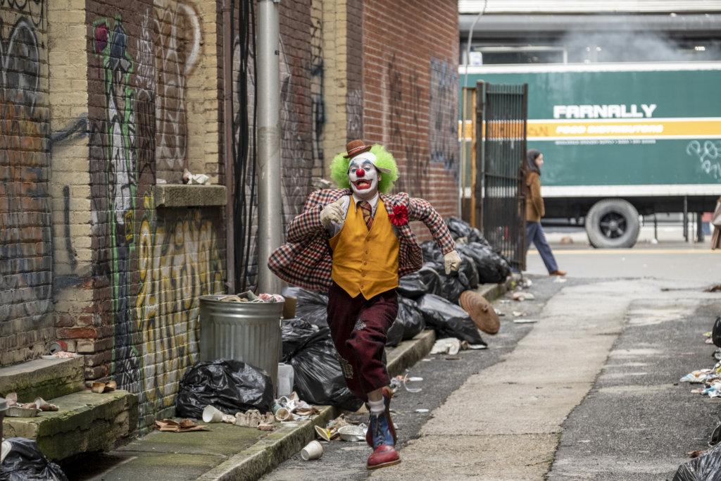 華堅當出租小丑為生,但經常受到欺凌。