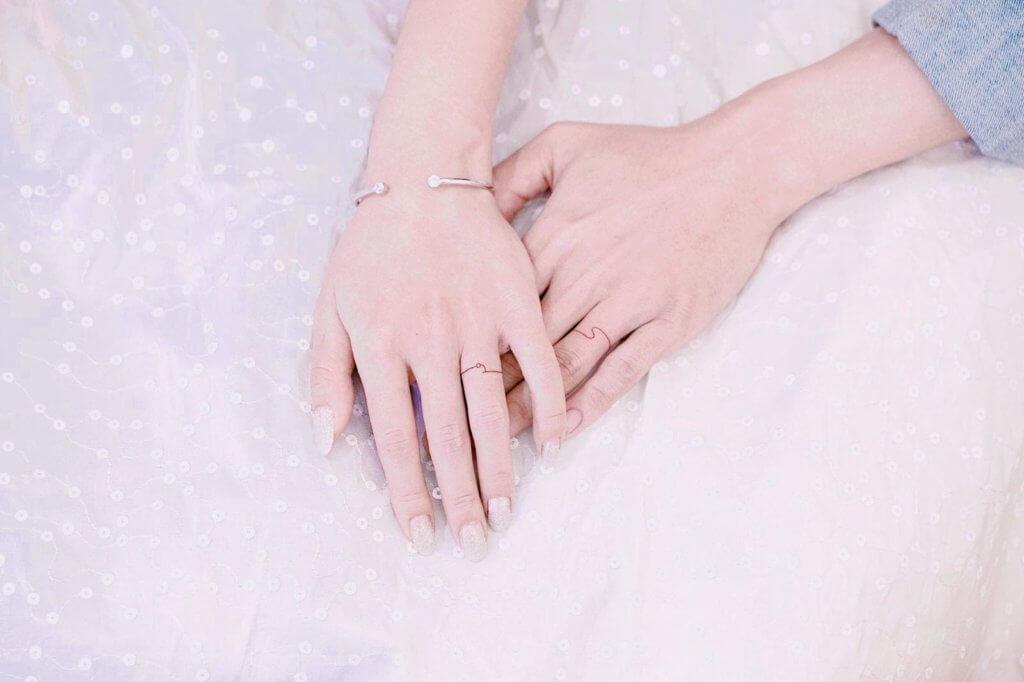 二人在手指紋上結婚戒指,代表彼此相愛和至死不渝。