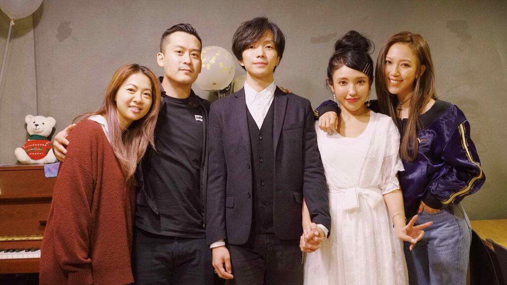 二人於情人節當日註冊結為夫婦,家姊鍾舒漫當然到場幫手。