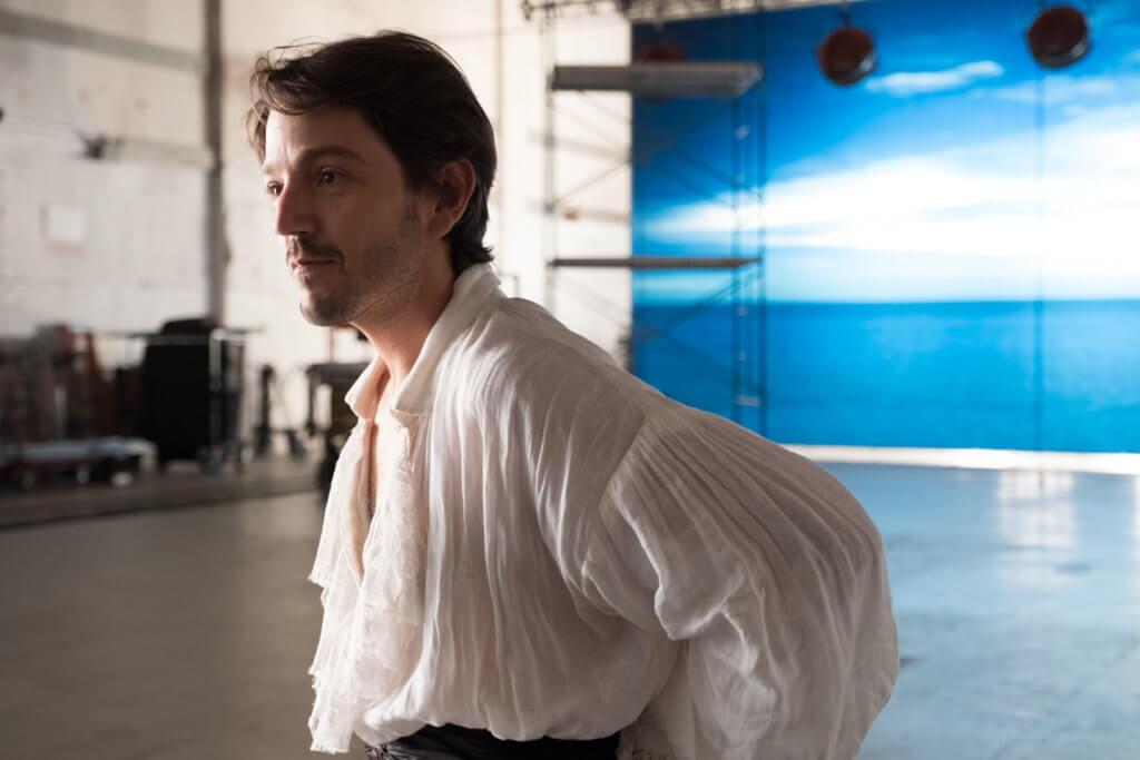 墨西哥男星狄耶哥盧納飾演的父輩級男星,跟艾麗鬧出另一亂局。