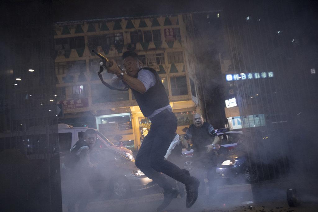 飾演警察的姜皓文,不惜一切追捕悍匪古天樂。