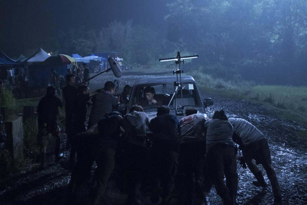 拍攝當日是黑色暴雨警告,一眾工作人員拍得十分艱辛。