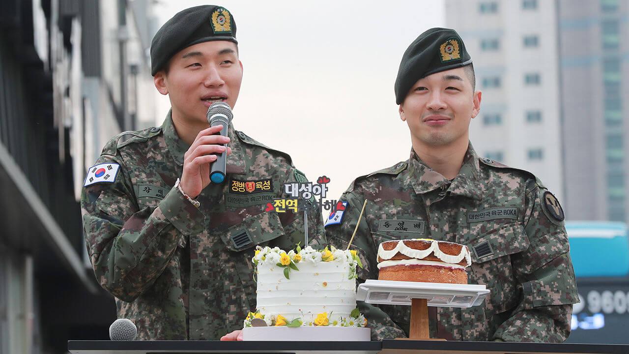 退伍當日,大批粉絲送上蛋糕賀太陽和大聲回歸。
