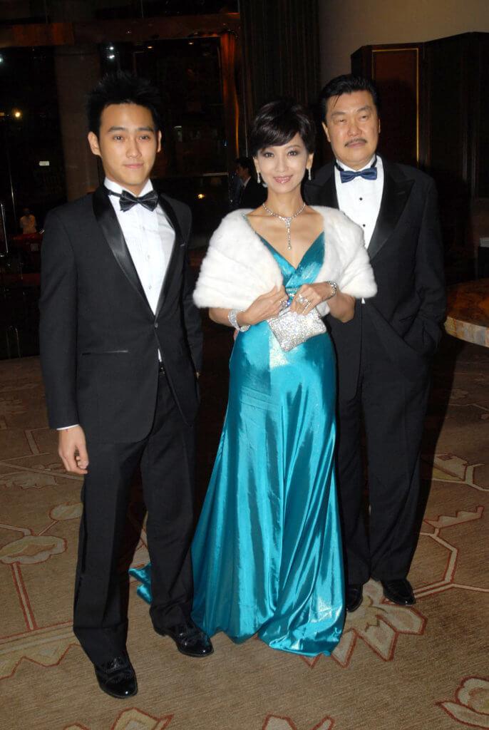 趙雅芝兩旁伴着丈夫黃錦燊和兒子黃愷傑,一家三口同在演藝圈工作。