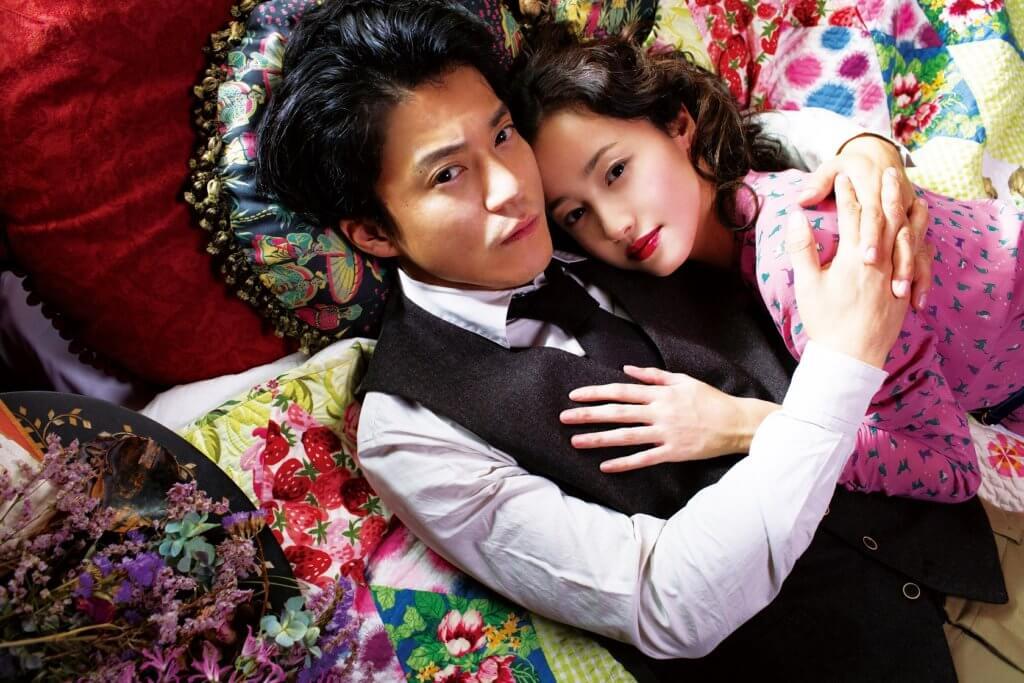 小栗旬扮演賤男作家太宰治,與澤尻英龍華飾演的貴族女子發展婚外情。