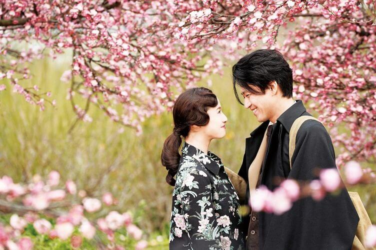 電影充滿了導演蜷川實花一向的花團錦簇風格