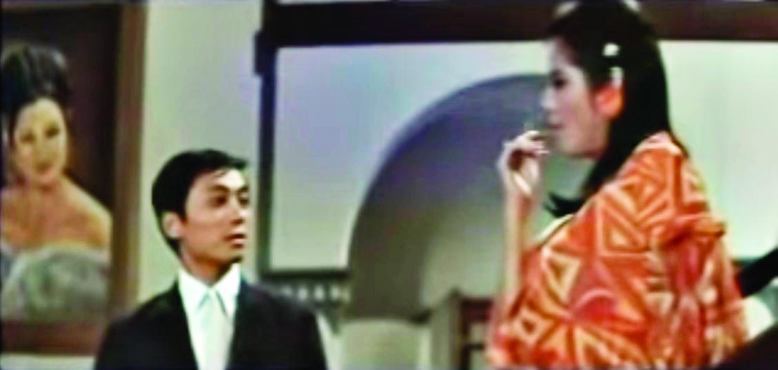 手持長煙嘴的女郎婀娜地從大宅的長樓梯走下來,色迷迷地對曾江打量一番。