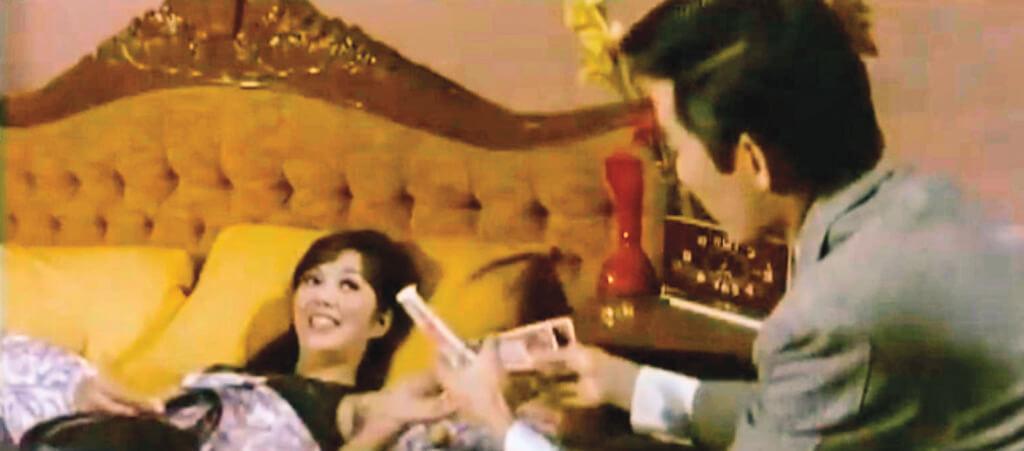 《給我一個吻》中的夏萍對H情有獨鍾,要她用錢買的情人叫自己Honey,她給他改的名字,是Happy。