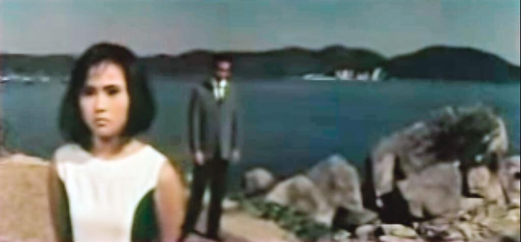 儼如環球小說單行本封面的構圖,《藍色酒店》改編依達小說,曾江飾演迷途羔羊,雪妮飾演牧羊女。
