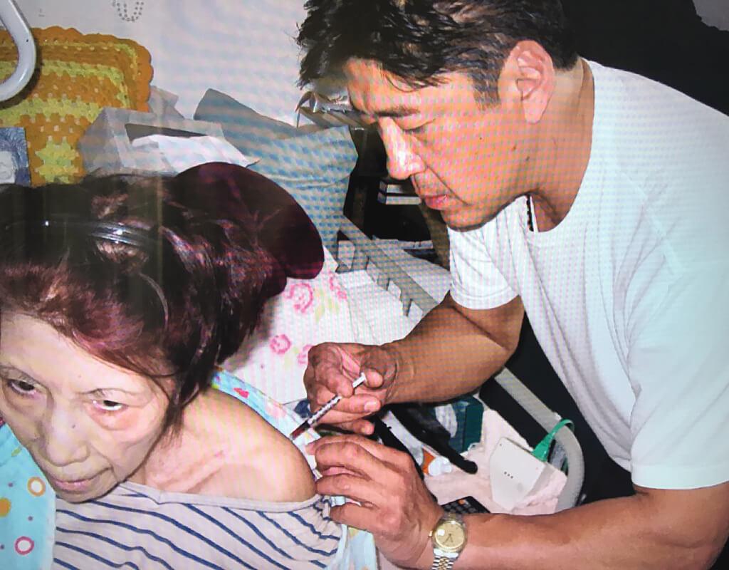 李媽媽患上了皮膚硬化症,在瀕死階段,李元霸放下手中工作兼程趕回美國,本來以為媽媽沒得救了,但結果用自然療法醫治,親力親為侍奉母親,令她延長了十七年的壽命。