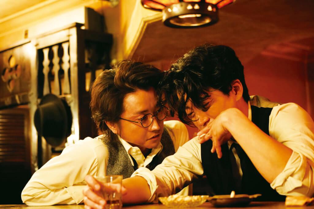 扮演小說家坂口安吾的藤原龍也,鏡頭前跟小栗旬鬥型鬥靚。