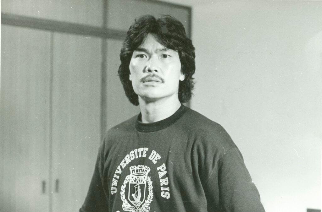 黃錦燊是藥劑學博士,同時學詠春,在武館認識許冠傑因而加入電影圈。