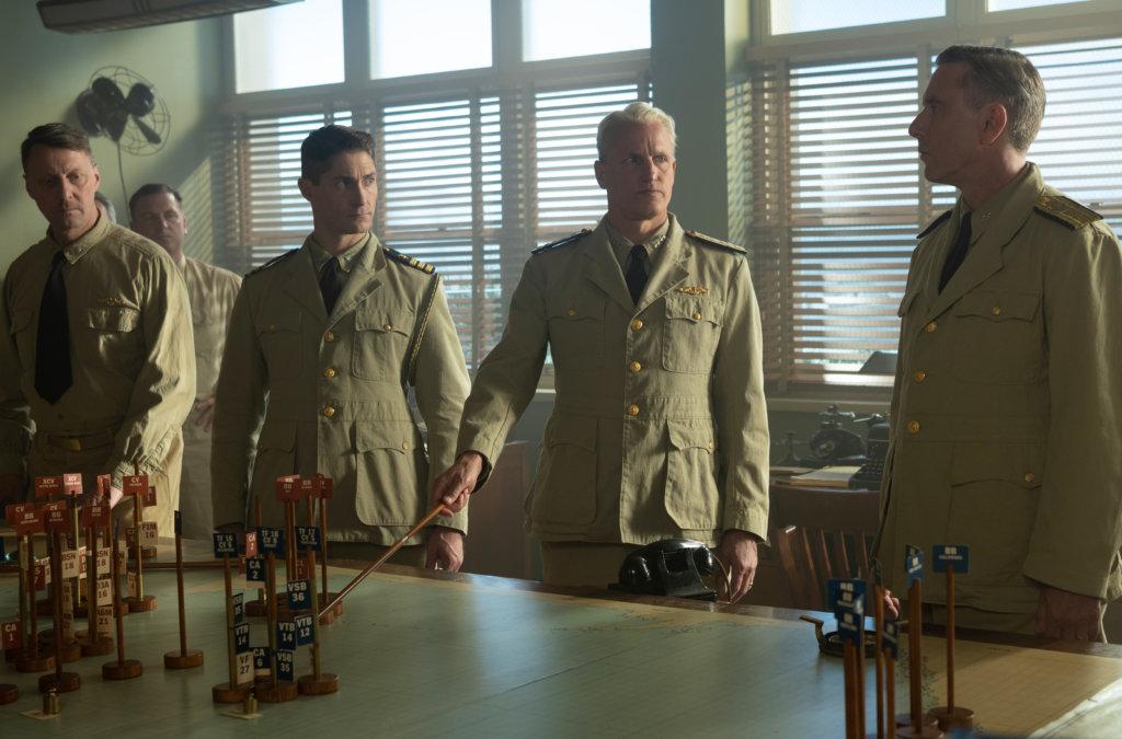 活地夏理遜(右二)一頭白髮扮演海軍上將,令人耳目一新。