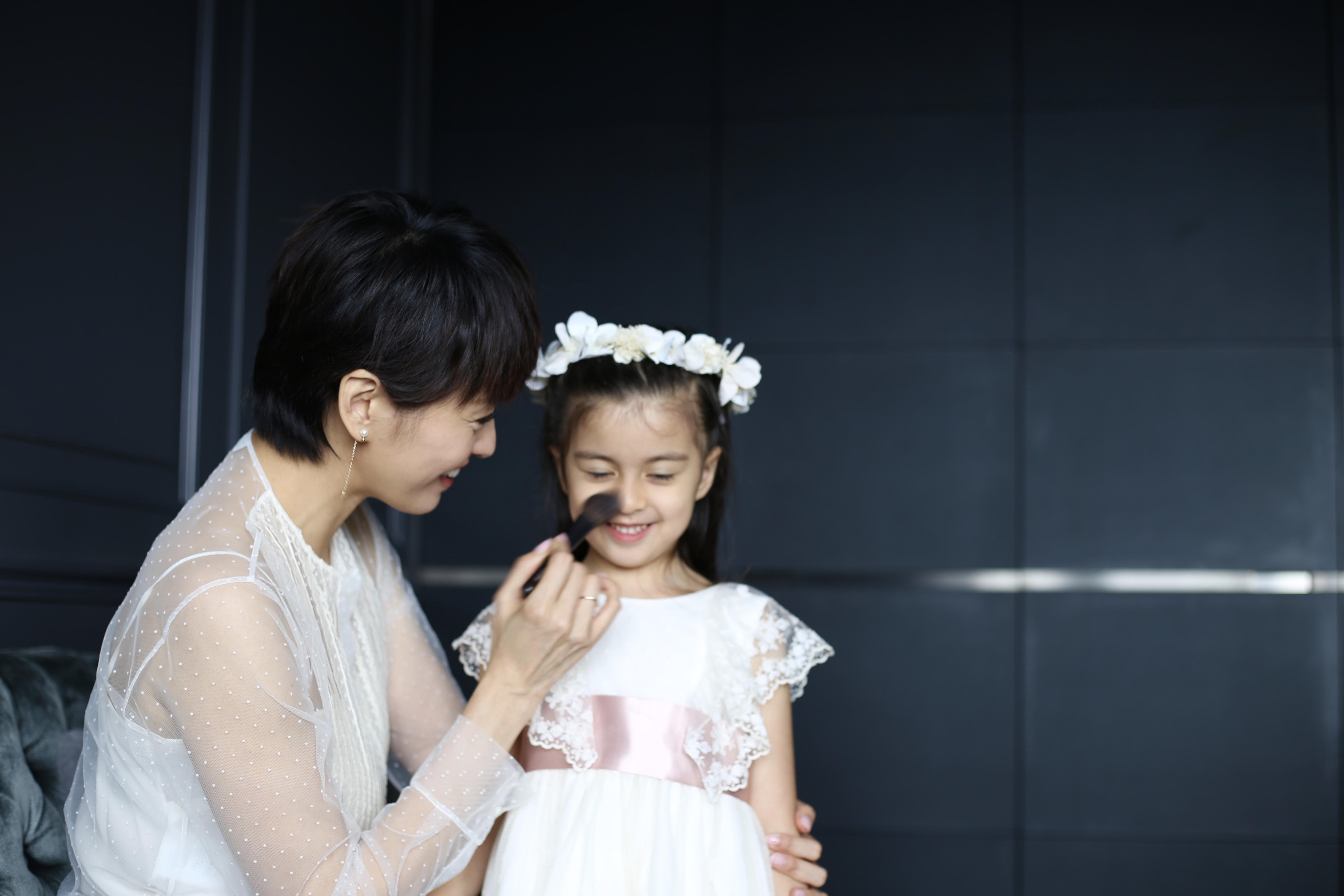 Sofia喜歡扮靚,看到Gigi補妝她又要掃兩掃,非常可愛。