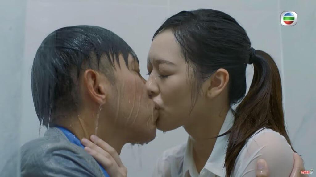 這場跟馮盈盈浴室激吻戲,二人被花灑狂淋,唾液互相吐入對方口中,拍得很痛苦。