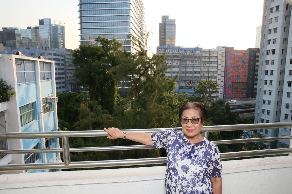 她是這校創校老師,學校以前背山面海,現高樓大廈林立。