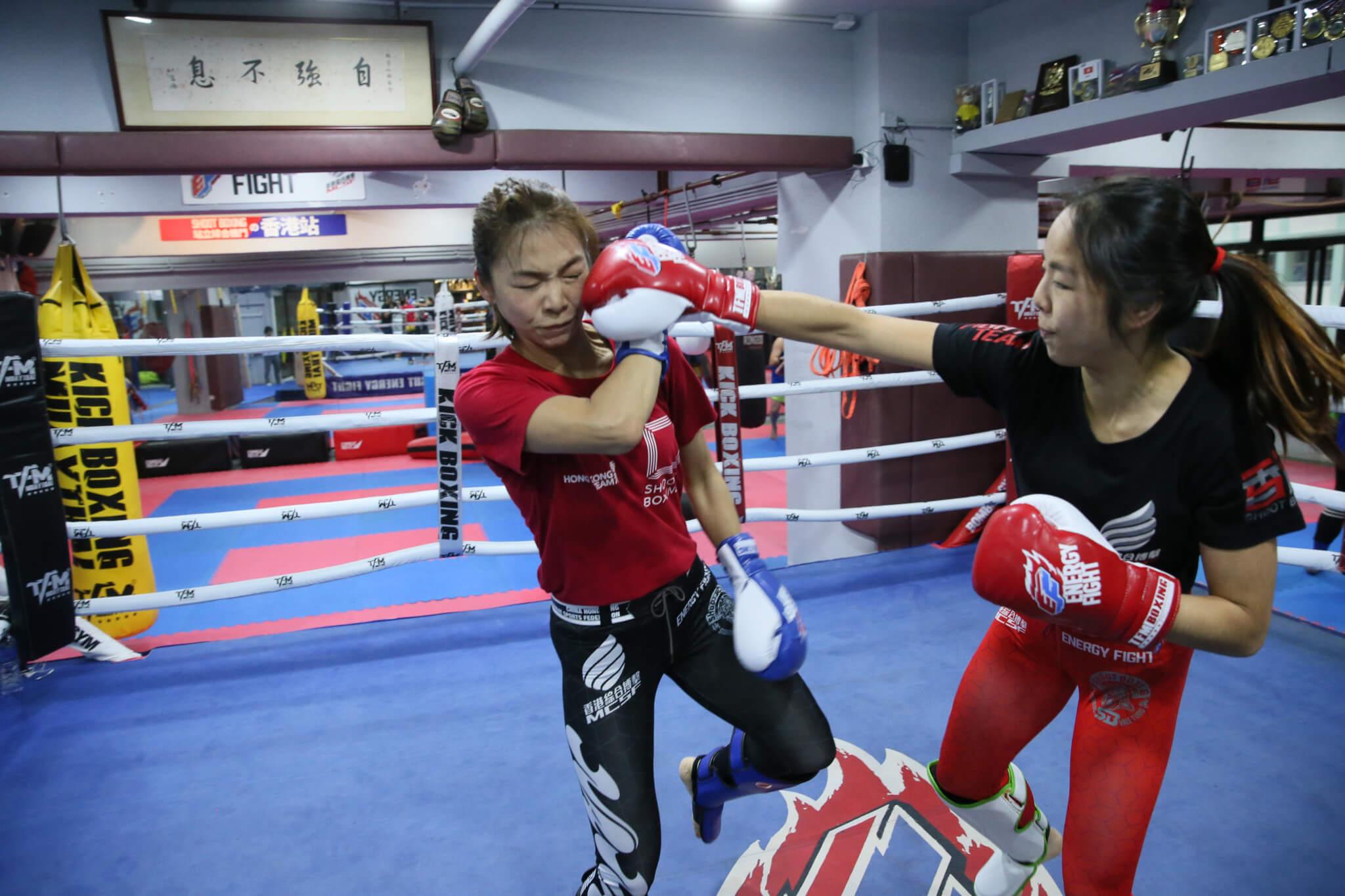 曾海蘭與師妹晶晶練招時,拳來腳往絕不手軟,因為練習被同門捱打,上台才有能力對打。_
