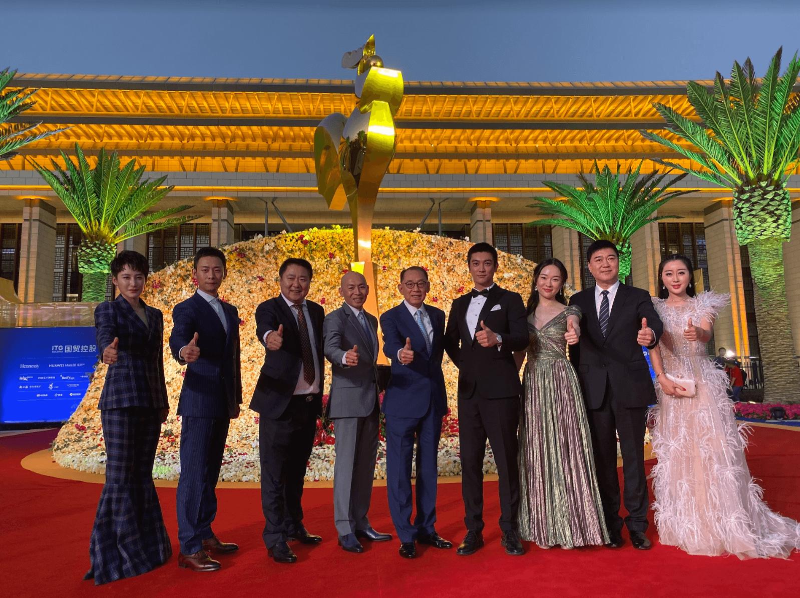 (左起)蔣璐霞、張譯、于冬、林超賢導演、楊受成博士、杜江、霍思燕等聚首金雞獎盛典