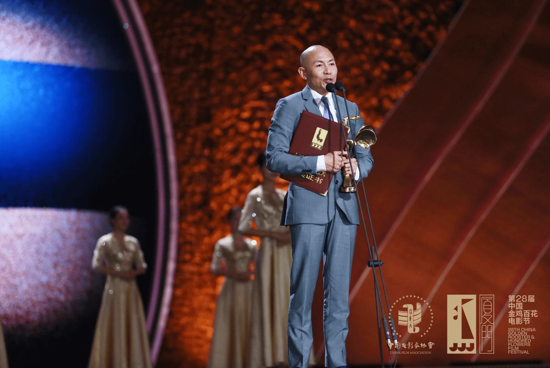 林超賢從師公徐克手上接過獎項,同時趁難得機會感謝師父陳嘉上