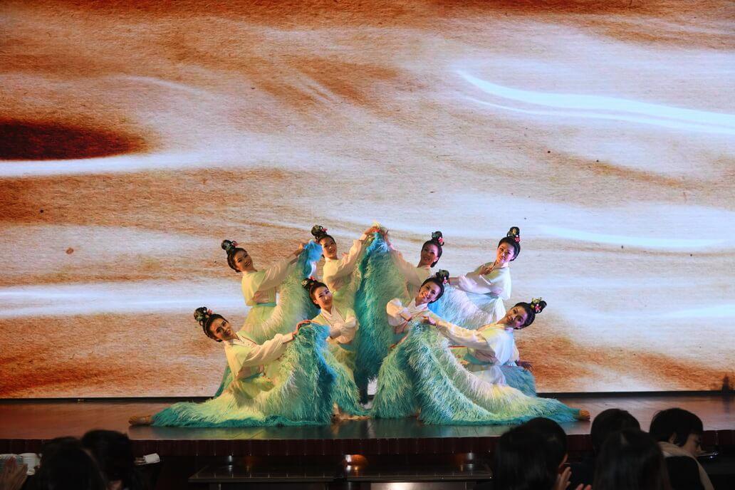 高世章重新編曲,把任白其中四齣戲寶的歌舞場面串連起來,舞蹈員的精采演出令觀眾看得入神。