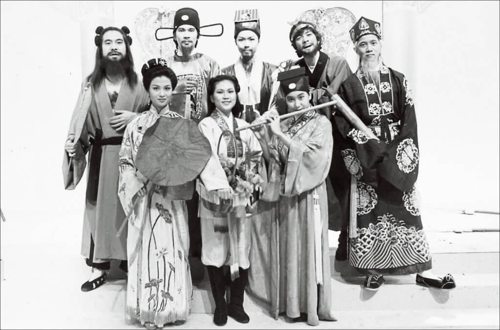 大AL在賀年節目《家家歡笑迎彩鳳》中,與一眾歌手陳百強、關菊英、薰妮及陳潔靈等扮演八仙。