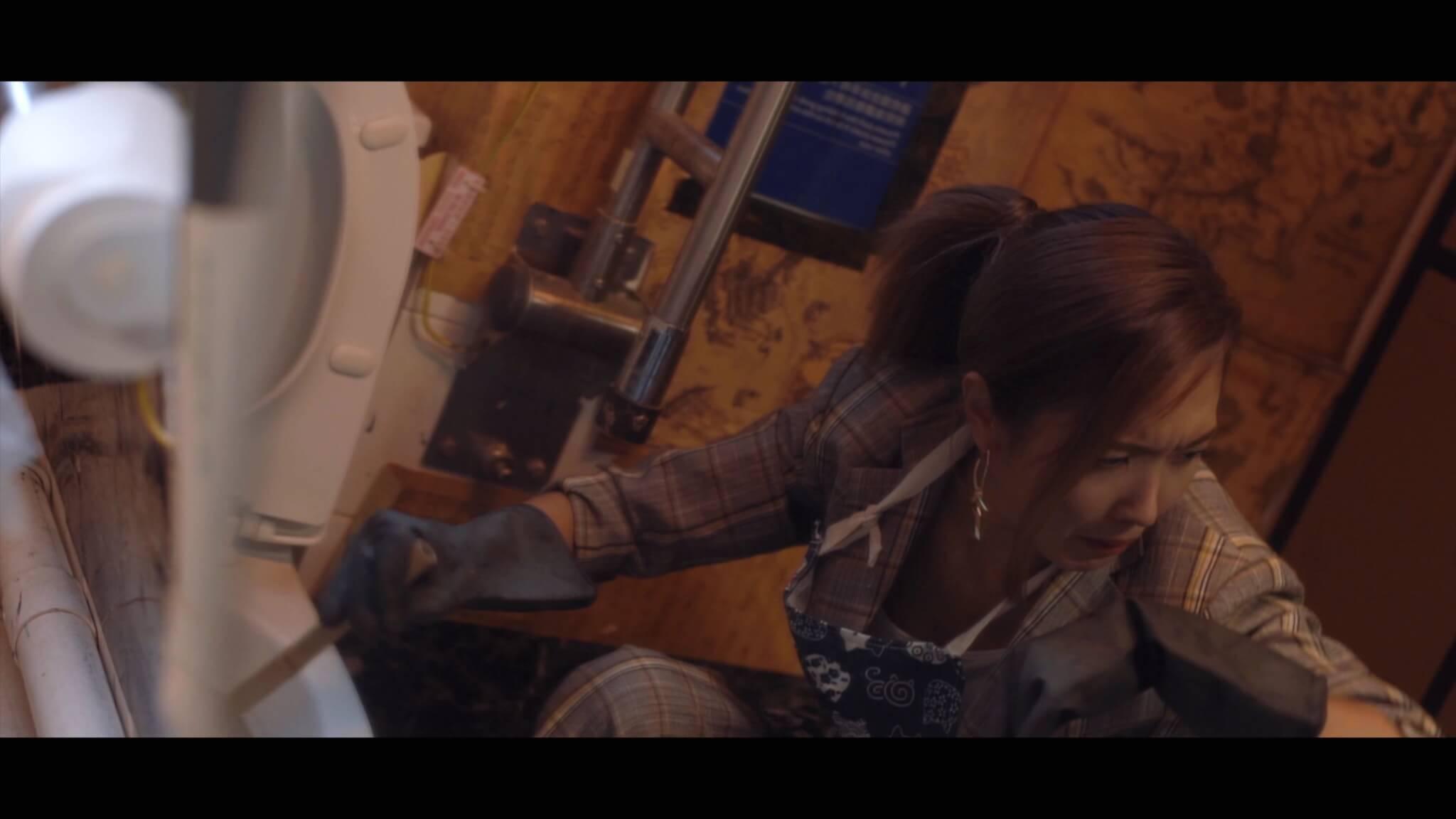 陳庭欣於MV中飾演酒吧老闆娘,更親自洗馬桶。