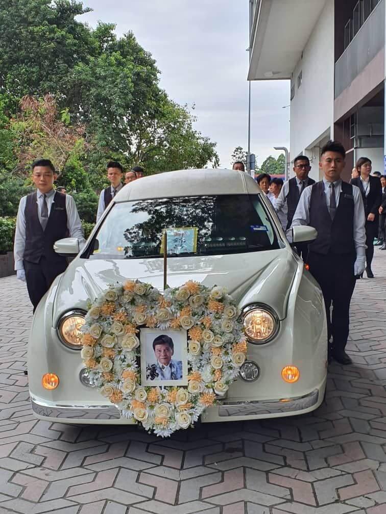 靈柩由一輛古董車送往富貴山莊風景墓園安葬,不少親友到來送別他最後一程。