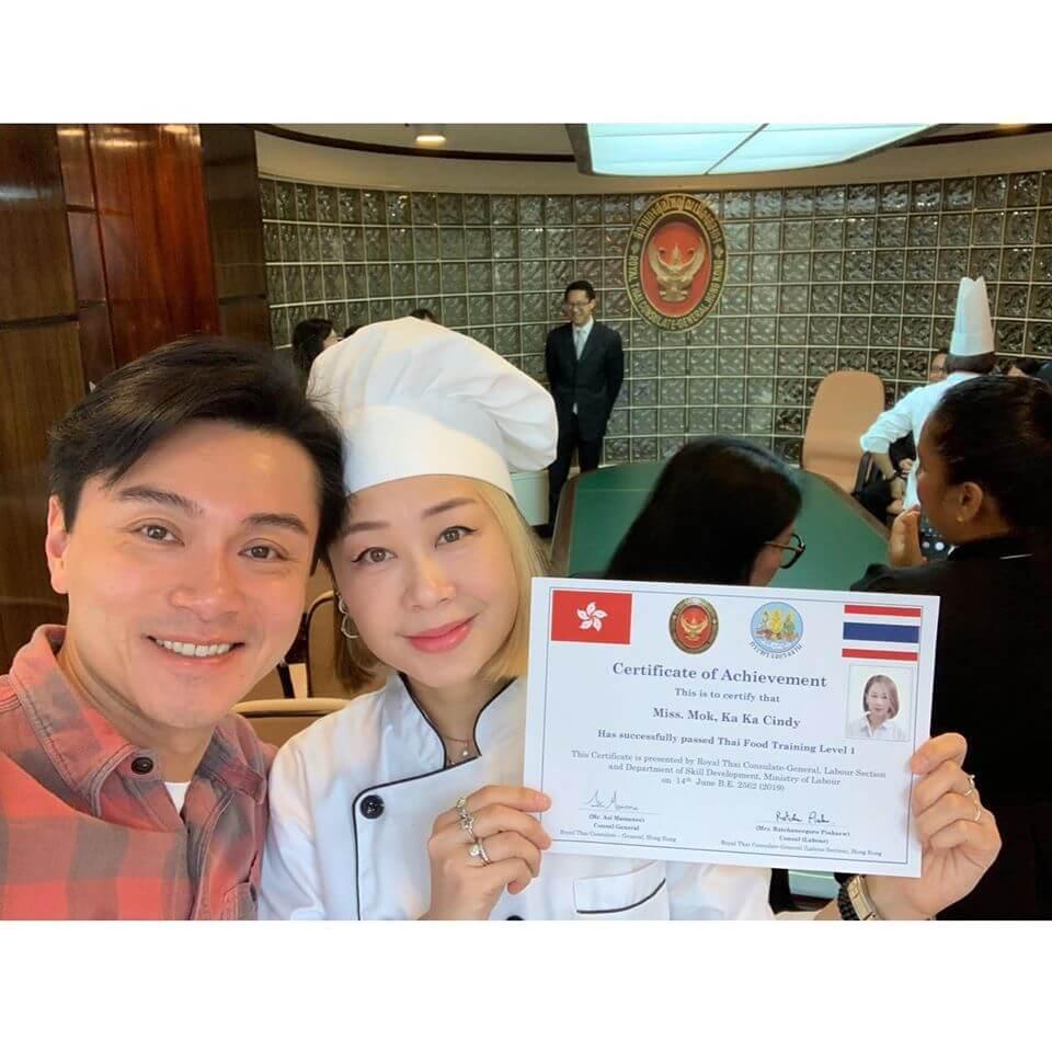 太太早前更考獲泰國菜的一級證書。